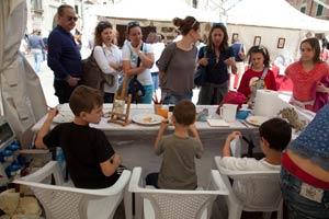 Bambini pitturano le ceramiche
